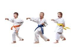Dziewczyna i chłopiec w karategi bijemy poncz rękę Fotografia Stock