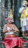 Dziewczyna i chłopiec w obywatel sukni pozach dla turystów w Angkor Wat obrazy stock