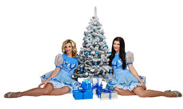 Dziewczyna i choinka z prezentami Zdjęcia Royalty Free