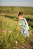 Dziewczyna i coneflowers Zdjęcia Royalty Free