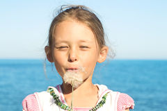 Dziewczyna i dandelion Obraz Royalty Free