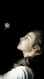 Dziewczyna i dandelion Obrazy Royalty Free