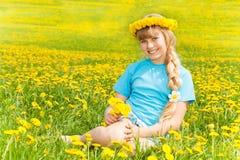 Dziewczyna i dandelions Zdjęcia Stock