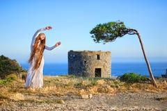Dziewczyna i drzewo Fotografia Stock