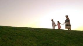 Dziewczyna i dziadkowie, zmierzchu niebo zdjęcie wideo