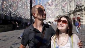 Dziewczyna i facet chodzimy wzdłuż ulicy na tle latarnie uliczne na drucie Lampy zrozumienia dekoracje zdjęcie wideo