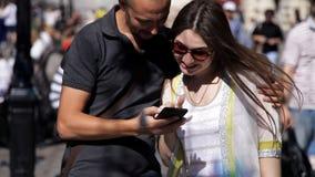 Dziewczyna i facet robimy fotografii na ulicie na tle latarnie uliczne na drucie Lampy zrozumienie zbiory wideo