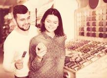 Dziewczyna i facet wybiera nową farbę Zdjęcia Stock