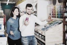 Dziewczyna i facet wybiera nową farbę Fotografia Stock