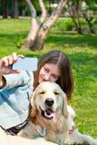 Dziewczyna i jej psi selfie lato na tle zielona trawa Zdjęcia Royalty Free