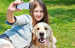 Dziewczyna i jej psi selfie lato na tle zielona trawa Fotografia Royalty Free