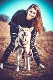 Dziewczyna i jej łuskowaty psi plenerowy w lesie Obrazy Royalty Free
