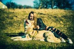 Dziewczyna i jej łuskowaty psi plenerowy w lesie Zdjęcie Royalty Free
