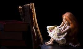 dziewczyna i książka fotografia royalty free