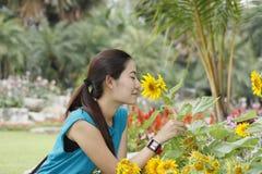 Dziewczyna i kwiat Obrazy Royalty Free