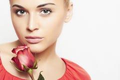 Dziewczyna i kwiat. piękna kobieta w czerwieni sukni zdjęcia stock