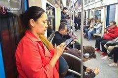 Dziewczyna i ludzie przy Moskwa metrem Obrazy Royalty Free