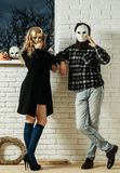Dziewczyna i mężczyzna w złotej masce zostajemy przy okno zdjęcia stock