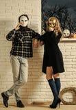 Dziewczyna i mężczyzna w złotej masce zostajemy przy okno obrazy stock