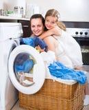 Dziewczyna i mama blisko pralki Zdjęcie Royalty Free