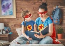 Dziewczyna i mama w bohatera kostiumu Obraz Royalty Free