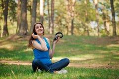 Dziewczyna i hełmofony Zdjęcia Royalty Free