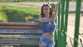 Dziewczyna i most Piękna seksowna dziewczyna stoi na mosta cajgów i skrótów koszula stylu życia Fotografia Stock
