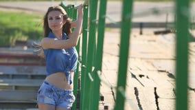 Dziewczyna i most Piękna seksowna dziewczyna stoi na mosta cajgów i skrótów koszula stylu życia Obraz Royalty Free