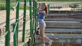 Dziewczyna i most Pięknego stylu życia seksowna dziewczyna stoi na mosta cajgów i skrótów koszula stylu życia Zdjęcia Royalty Free