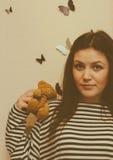 Dziewczyna i niedźwiedź Zdjęcia Royalty Free