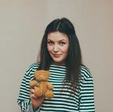 Dziewczyna i niedźwiedź Zdjęcia Stock