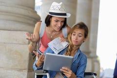 Dziewczyna i niepełnosprawny przyjaciel gubjący podczas ich wakacji Obrazy Royalty Free