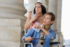 Dziewczyna i niepełnosprawny przyjaciel gubjący podczas ich wakacji Zdjęcie Royalty Free