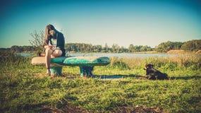 Dziewczyna i pies na ławce Fotografia Royalty Free