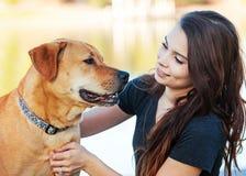Dziewczyna i pies Oddziała wzajemnie Outdoors zdjęcia stock