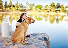 Dziewczyna i pies przy jeziorem w parku obrazy royalty free