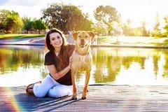 Dziewczyna i pies przy Parkowym Sunflare obraz royalty free