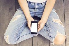 Dziewczyna i pusty ekran smartphone zdjęcia royalty free
