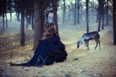 Dziewczyna i rogacz w lesie Obraz Royalty Free