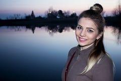 Dziewczyna i rzeka Zdjęcia Royalty Free