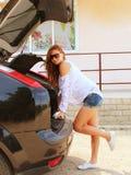 Dziewczyna i samochód Zdjęcia Stock