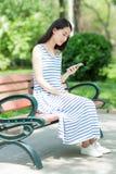 Dziewczyna i telefon komórkowy Fotografia Royalty Free
