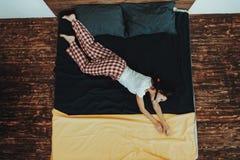 Dziewczyna Imituje nurków w wodzie na łóżku obrazy stock