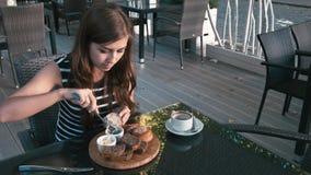 Dziewczyna je bagel i pić kawa zbiory