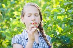 Dziewczyna je dzikie truskawki Obrazy Royalty Free