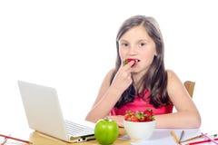 dziewczyna je truskawki jego biurko Zdjęcie Royalty Free