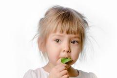 Dziewczyna je zielonego liść Obraz Stock