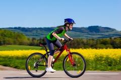 Dziewczyny jechać na rowerze zdjęcie royalty free