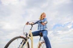 Dziewczyna jedzie rowerowego nieba tło Najwięcej zadowalającej formy jaźń transport Beztroski i zadowolony odczucia uwalniają kob fotografia stock