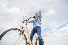 Dziewczyna jedzie rowerowego nieba tło Najwięcej zadowalającej formy jaźń transport Cieszy się kolarstwo krążownika rower Kobiet  fotografia royalty free